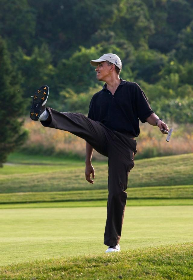 Barack_Obama_playing_golf